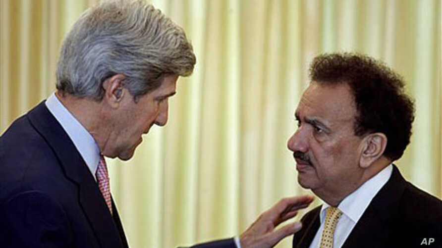 US Senator John Kerry (L) speaks to Pakistan's Interior Minister Rehman Malik in Islamabad, Pakistan, May 16, 2011