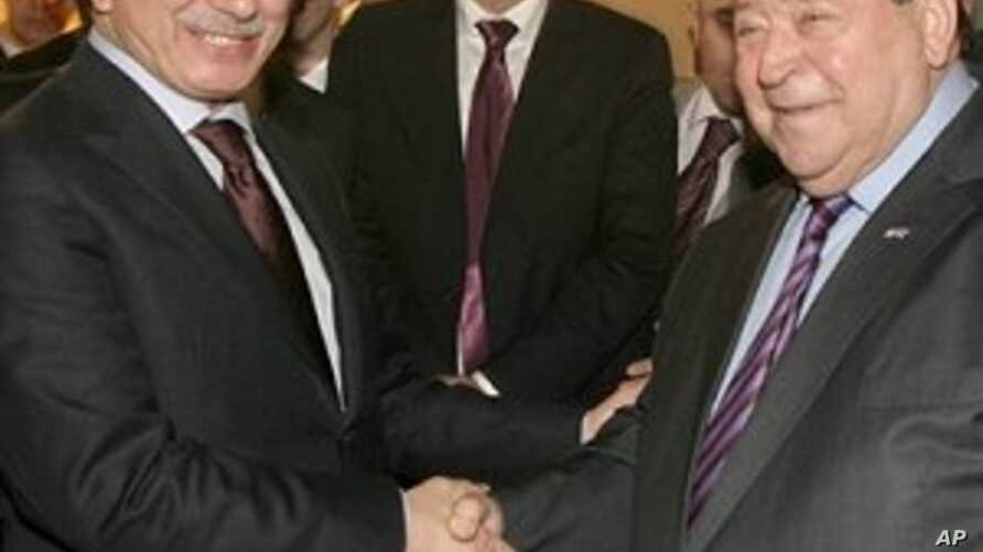 Israel's Industry and Trade Minister Benjamin Ben-Eliezer (r) shakes hands with Turkish Foreign Minister Ahmet Davutoglu before a meeting in Ankara, 23 Nov 2009