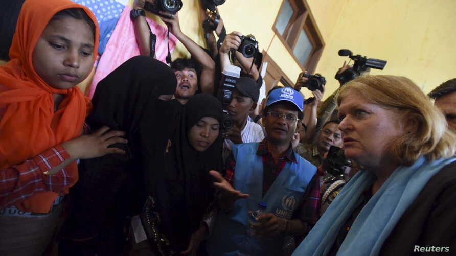 U.S. Assistant Secretary of State for Population, Refugees and Migration Anne Richard, right, visits with Rohingya migrants at a temporary shelter in Kuala Cangkoi, Lhoksukon, Aceh province, Indonesia, June 2, 2015.