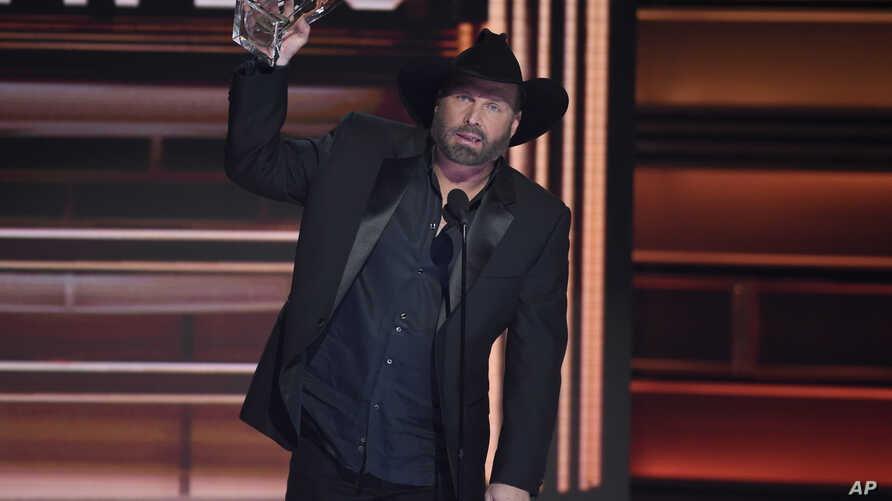 Garth Brooks accepts the award for entertainer of the year at the 51st annual CMA Awards at the Bridgestone Arena, Nov. 8, 2017, in Nashville, Tennessee.