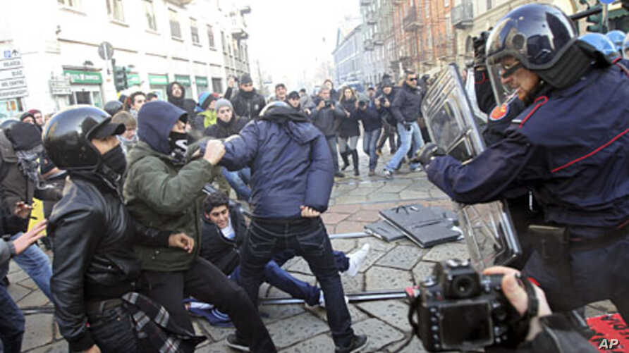 Carabinieri's paramilitary police clash with demonstrators during a protest in Milan November 17, 2011