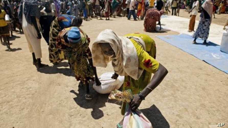 Thousands of displaced persons from Abyei collect food rations in a makeshift camp in Turalei, southern Sudan. (File Photo - May 27, 2011)