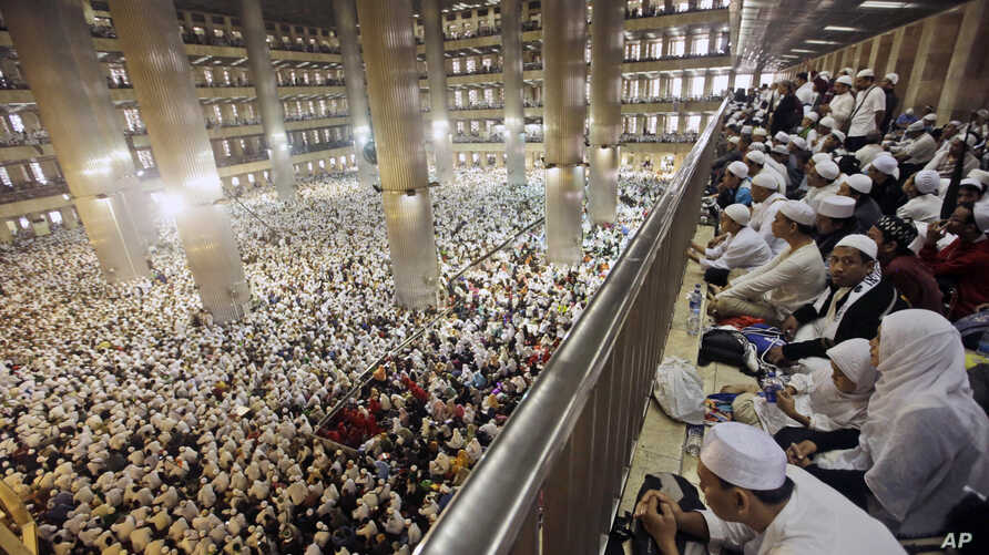 Muslim men attend a prayer at Istiqlal Mosque in Jakarta, Indonesia, Feb. 11, 2017. Tens of thousands gathered at the national mosque for the mass prayers urging Indonesians to vote for Muslims in city and district elections being held across the co