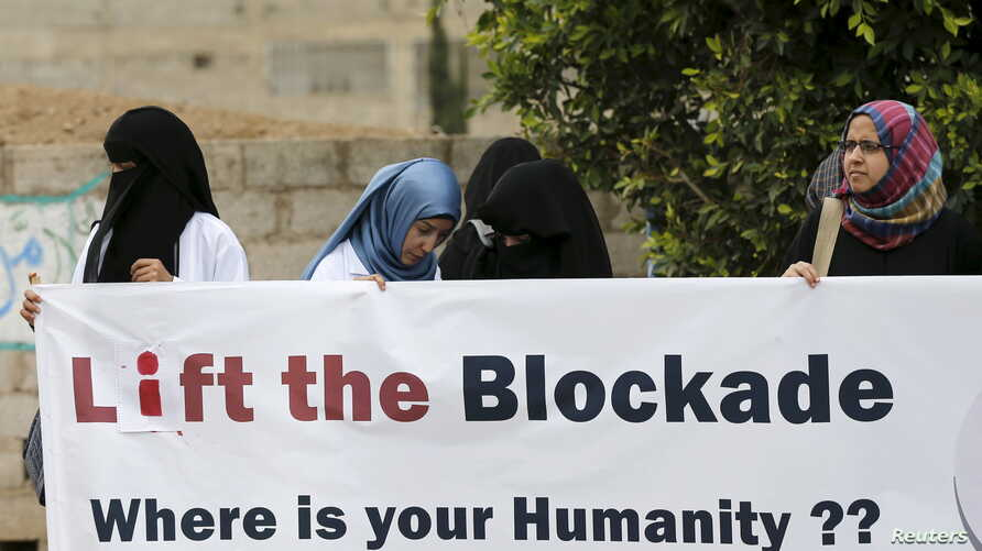 Healthcare workers demonstrate against a blockade on Yemen imposed by a Saudi-led coalition that has caused food and fuel shortages, outside the headquarters of the United Nations in Sanaa, May 7, 2015
