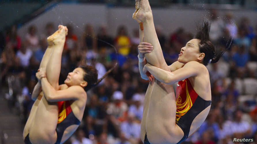 China's He Zi and Wu Minxia (R) perform their dive during the women's synchronised 3m springboard final at the London 2012 Olympic Games at the Aquatics Centre July 29, 2012.
