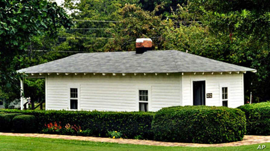 Elvis's birth home is now nicely painted, and it looks a lot nicer than the days when Elvis's father could not afford to make bank payments on it