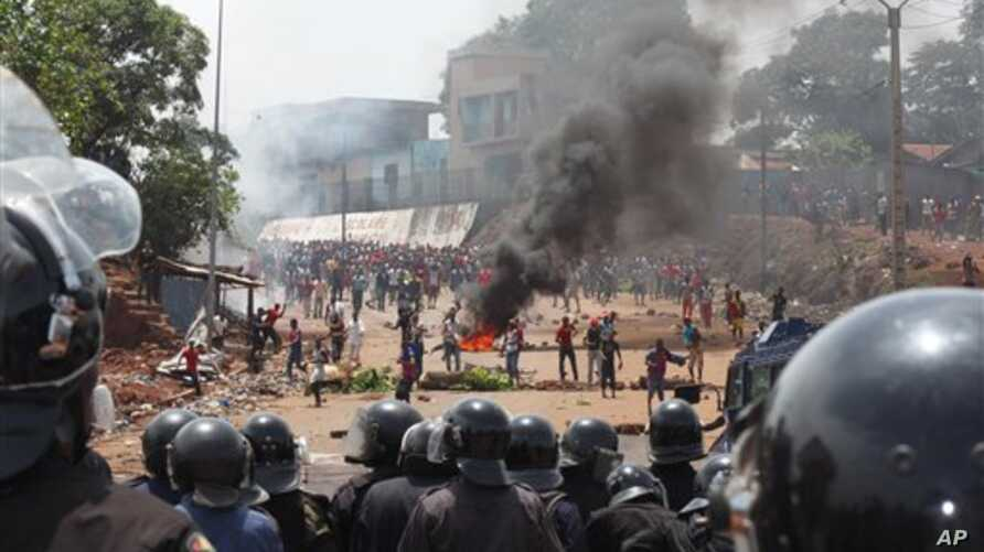 Opposition protestors clash with police in Conakry, Guinea, May 2013.