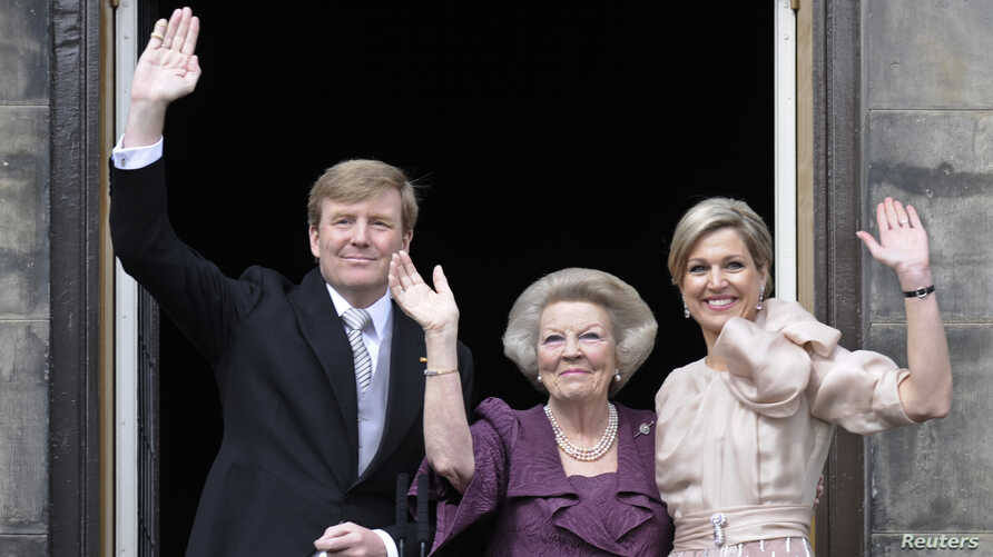 Princess Beatrix of the Netherlands (C), her son, Dutch King Willem-Alexander (L) and his wife Queen Maxima wave to the crowd from the balcony of the Royal Palace in Amsterdam, April 30, 2013. The Netherlands is celebrating Queen's Day on Tuesday, wh...