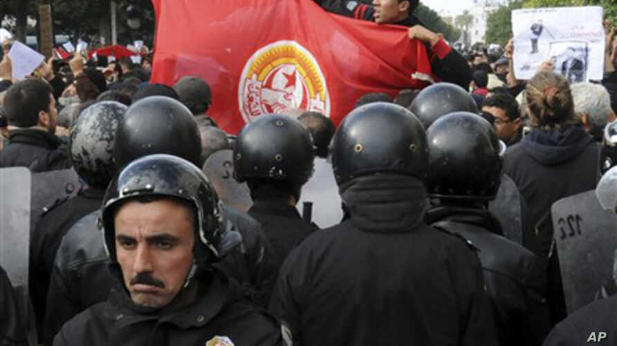Demonstrators gather outside the Interior Ministry in Tunis, 21 Jan 2011