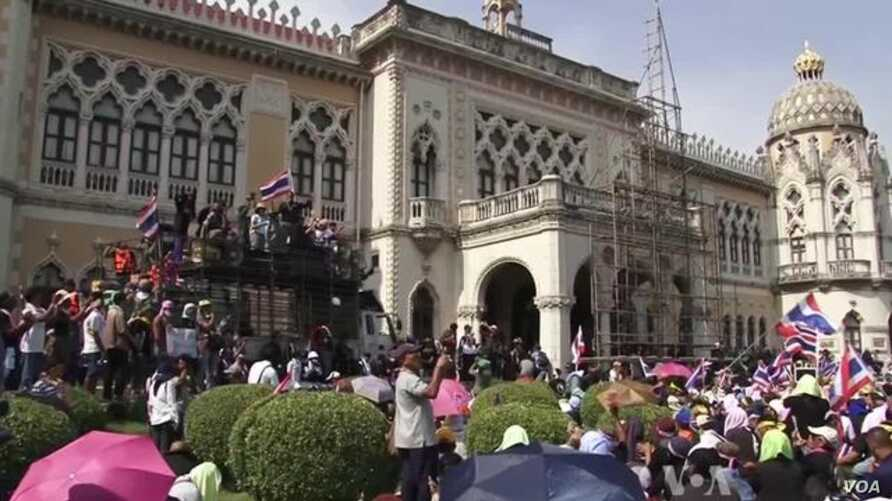 Thai Protesters Celebrate Truce Ahead of King's Birthday