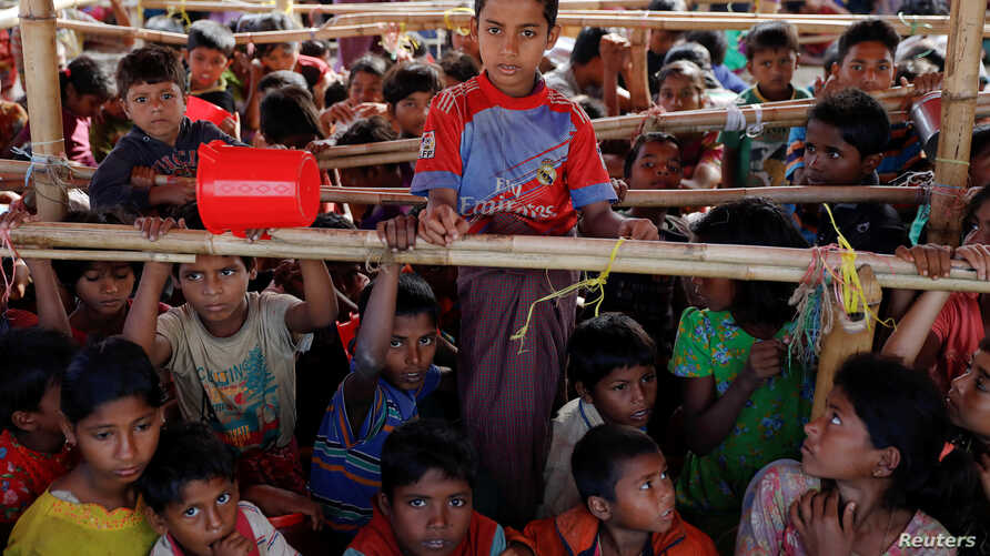 Rohingya refugees rest at a transit centre for newly arrivals at Kutupalong refugee settlement near Cox's Bazar, Bangladesh, December 1, 2017. REUTERS/Susana Vera - RC12EA4D7DF0
