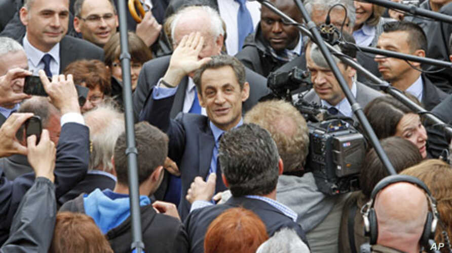 French President Nicolas Sarkozy (C), UMP party candidate for re-election in the 2012 French presidential elections, waves as he arrives to Chateaurenard before a campaign rally in Avignon, France, April 30, 2012.