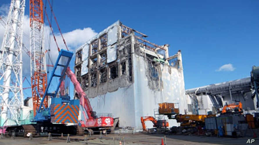 The crippled Fukushima Daiichi nuclear power plant's No.4 reactor building is seen after the removal of debris on the upper side of the unit in Fukushima prefecture, January 5, 2012.