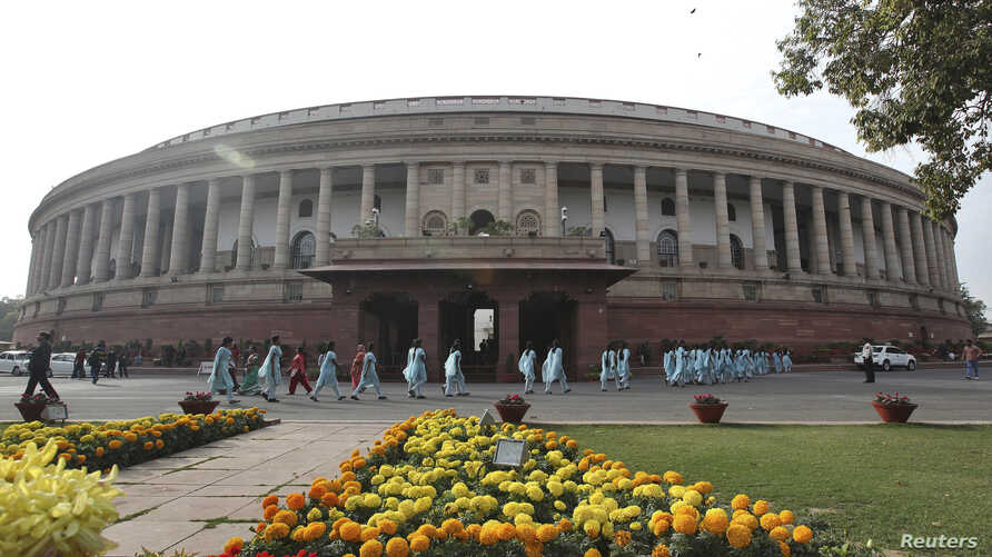 School children arrive to watch the proceedings of Indian parliament in New Delhi, December 7, 2012.