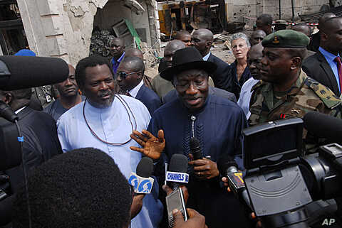 "Nigerian President Goodluck Jonathan (C) and ""ThisDay"" newspaper owner Nduka Obaigbena (L) visit the site of an April 26 suicide attack which struck the newspaper's offices, in Abuja, on April 28, 2012."