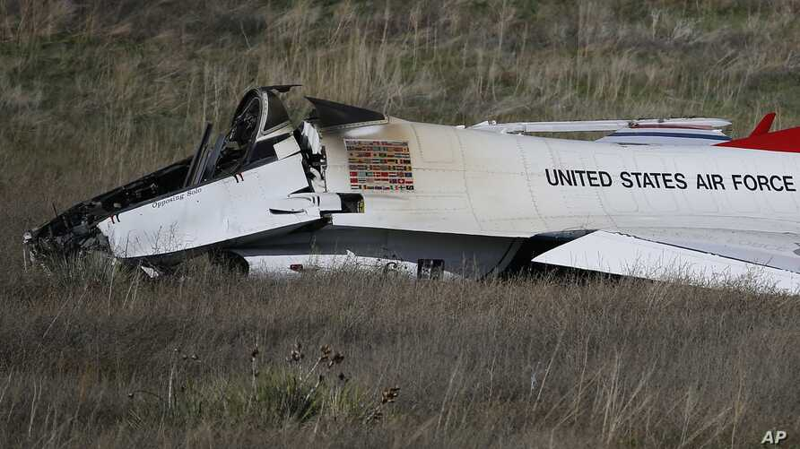 A U.S. Air Force Thunderbird rests in a field where it crashed following a flyover performance at a commencement for Air Force Academy cadets, south of Colorado Springs, Colorado, June 2, 2016. The pilot ejected safely from the jet.