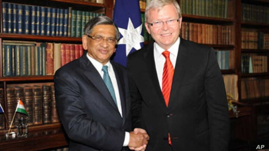 Indian Minister of External Affairs S. M. Krishna (L) and his Australian counterpart Kevin Rudd (R) shake hands after a joint press conference in Melbourne, 20 Jan 2011