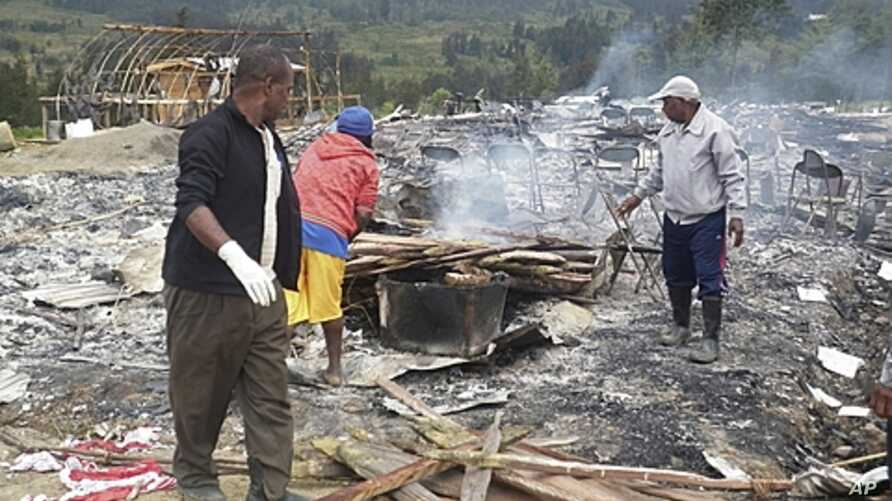 Villagers survey a damaged house of a candidate, where a meeting was to be held, after hundreds of supporters of two rival groups clashed at Ilaga in Puncak, West Papua province, Indonesia, August 1, 2011 (file photo)