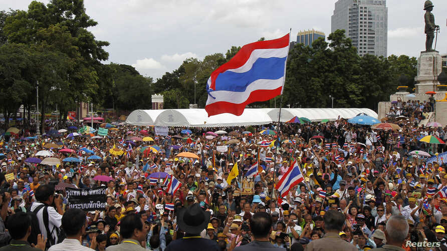 Anti-government protesters gather outside Lumpini park in Bangkok, August 4, 2013.