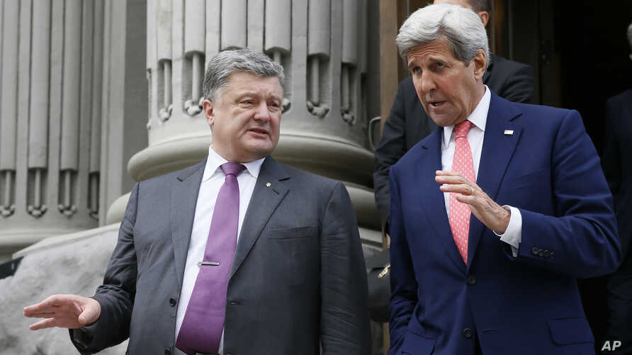 U.S. Secretary of State John Kerry, right, and Ukrainian President Petro Poroshenko walk after their meeting in Kyiv, Ukraine, July 7, 2016.