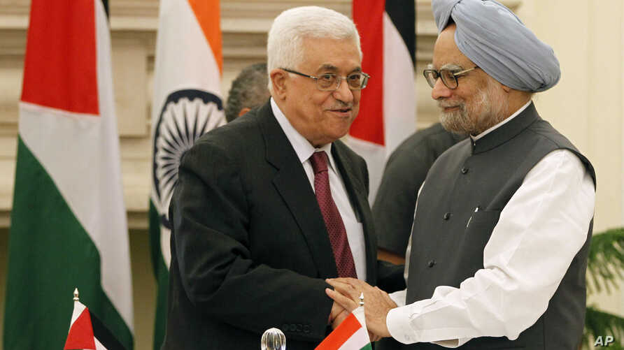 Indian Prime Minister Manmohan Singh, right, shakes hands with Palestinian President Mahmoud Abbas after the leaders signed agreements in New Delhi, India, Tuesday, Sept. 11, 2012.
