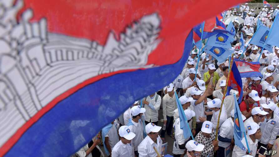 Supporters of Cambodia National Rescue Party (CNRP) gather in a rally on the last day of the commune election campaign in Phnom Penh, June 2, 2017.