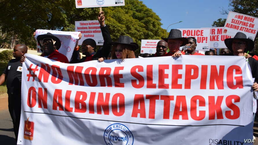 Hundreds of people marched to raise awareness of attacks on albinos in Malawi. (L. Massina/VOA)