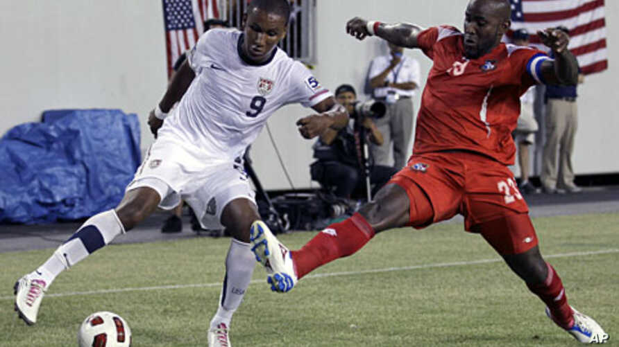 United States' Juan Agudelo (L) eludes Panama's Felipe Baloy (R) during the first half of a CONCACAF Gold Cup soccer match on June 11, 2011, in Tampa, Fla