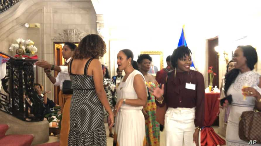 Haitian-American women mingle and discuss the earthquake at the Haitian Ladies Brunch at the Embassy of Haiti in Washington, Oct. 7, 2018. (Photo: S. Lemaire / VOA )