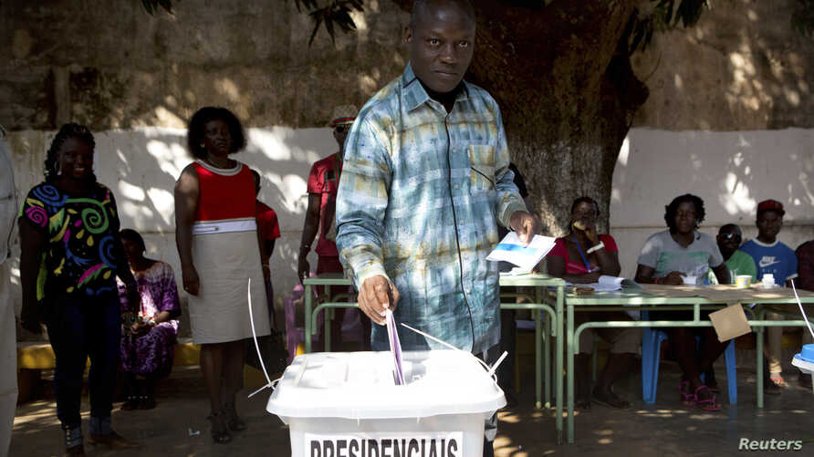 Presidential candidate Jose Mario Vaz casts his ballot at a polling station in Bissau, April 13, 2014.