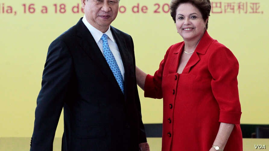 China's President Xi Jinping (l) with Brazil's President Dilma Rousseff after a signing ceremony at Planalto presidential palace in Brasilia, July 17, 2014.