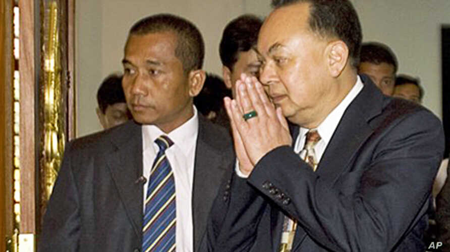 Thai Foreign Minister Kasit Piromya, right, arrives for a bilateral meeting with Cambodian counterpart at Foreign Ministry in Phnom Penh, Cambodia, 30 Dec 2010