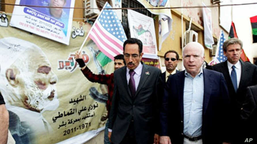 US Rebuplican senator John McCain (R) walks with Abdul Hafiz Ghoqa, spokesman of the Libyan National Transitional Council (NTC), during his tour to the rebel headquarters in their eastern stronghold city of Benghazi (File Photo - April 22, 2011)