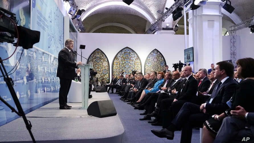 Ukrainian President Petro Poroshenko (L) speaks during the 12th Annual Meeting organized by the Yalta European Strategy (YES) in partnership with the Victor Pinchuk Foundation in Kiev, Ukraine, Sept. 11, 2015.