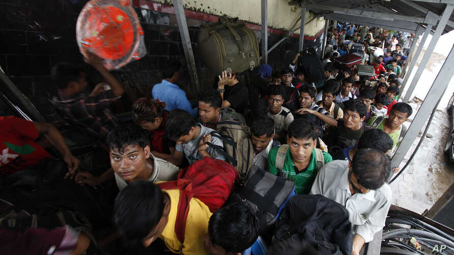 People from India's northeastern states crowd a railway station after disembarking a train from the southern Bangalore city in Gauhati, Assam State, India, August 20, 2012.