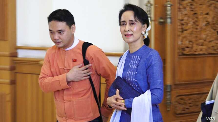Aung San Suu Kyi walks with a NLD member into parliament in Naypyitaw, Myanmar, March 11, 2016. (Z. Aung/VOA News)