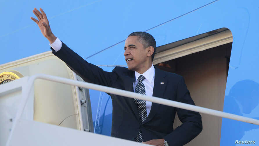US President Barack Obama steps aboard Air Force One at Andrews Air Force Base near Washington, DC, November 17, 2012.