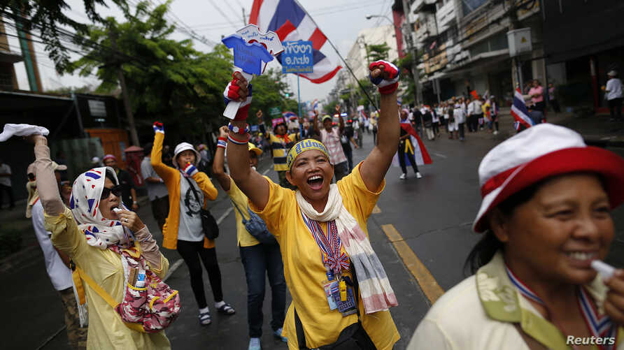 Anti-government protesters marching in the city center celebrate shortly after a Thai court delivered its verdict on Prime Minister Yingluck Shinawatra, in Bangkok May 7, 2014.