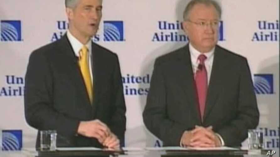 Continental CEO Jeff Smisek (left) with United CEO Glenn Tilton announcing merger of two airlines, 3 May 2010