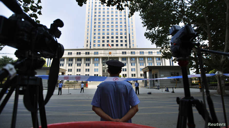 A policeman guards the entrance of the Jinan Intermediate People's Court in Jinan, Shandong province August 26, 2013. The trial of ousted former senior Chinese politician Bo Xilai ended on Monday, with the verdict due at an unspecified later date, st