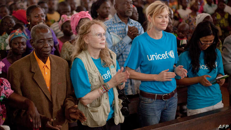 US actress and Goodwill ambassador for UNICEF Mia Farrow (C, L) takes part in a mass at the Bossangoa cathedral, Nov. 10, 2013.