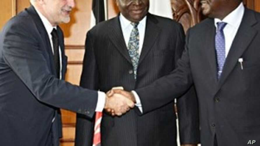 Kenyan President Mwai Kibaki (c) and Prime Minister Raila Odinga (r) greeting the chief prosecutor for the International Criminal Court, Luis Moreno-Ocampo, ahead of their meeting in Nairobi (Nov 2009 file photo)