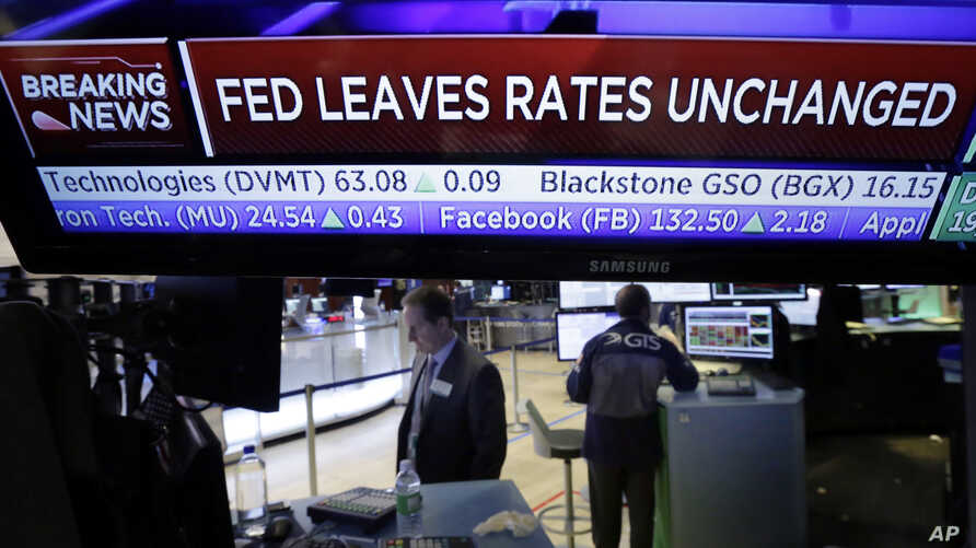 A television screen on the floor of the New York Stock Exchange shows the rate decision of the Federal Reserve, Feb. 1, 2017.