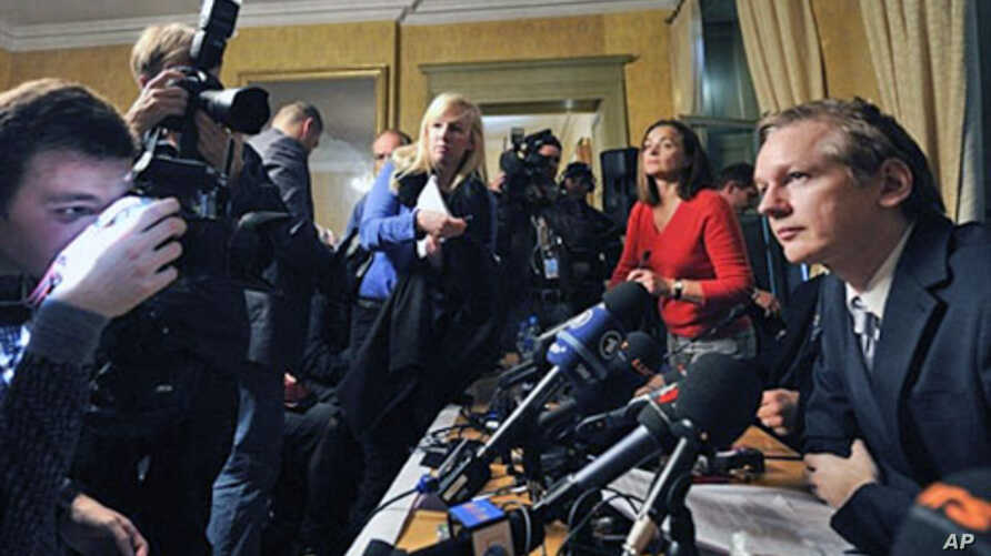 Wikileaks founder Julian Assange (R) faces photographers during a press conference at the Geneva Press Club on 04 Nov 2010 in Geneva