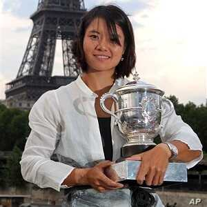 China's Li Na poses next to the Eiffel Tower after defeating Italy's Francesca Schiavone in their women's final match for the French Open tennis tournament at the Roland Garros stadium, June 4, 2011, in Paris.
