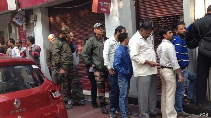 Outside a bank in New Delhi, the line for new currency is much shorter than some weeks ago indicating that cash shortages have eased. (A. Pasricha/VOA)