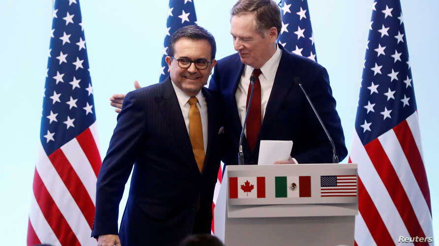 U.S. Trade Representative Robert Lighthizer embraces Mexican Economy Minister Ildefonso Guajardo during a joint news conference on the closing of the seventh round of NAFTA talks in Mexico City, March 5, 2018.