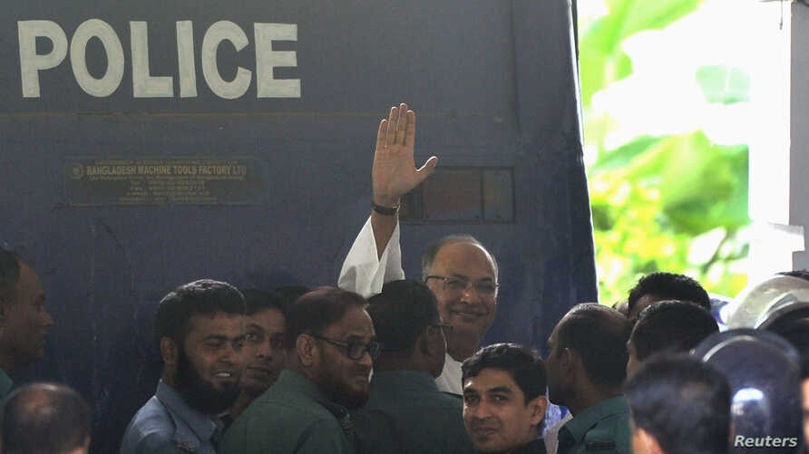 Salahuddin Quader Chowdhury, a senior opposition leader, waves to the media after he arrives at the war crime tribunal, in Dhaka, Bangladesh, Oct. 1, 2013.