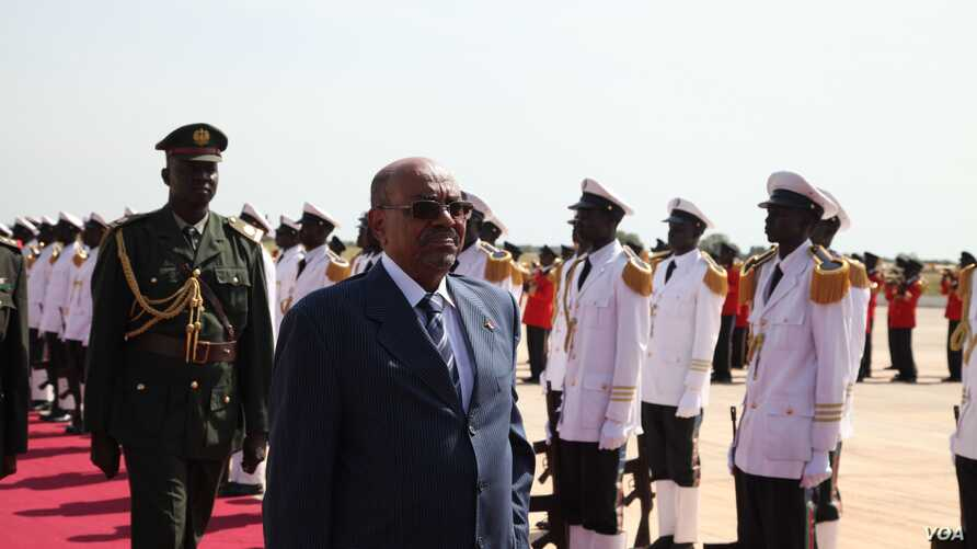Sudan President Omar al-Bashir arrives in South Sudan's capital Juba to meet his counterpart Salva Kiir for talks on trade, borders and other outstanding issues between the former civil war foes, Oct. 22, 2013. (H. McNeish for VOA)