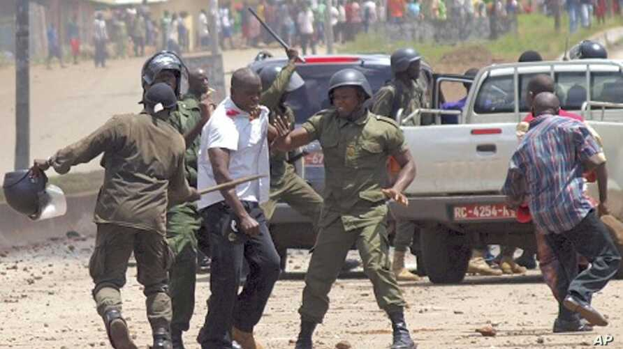 Paramilitary police clash with bodyguard of opposition leader Cellou Dalein Diallo after stopping his convoy as it drove to a protest march in  Conakry, Guinea, Sept. 27, 2011.